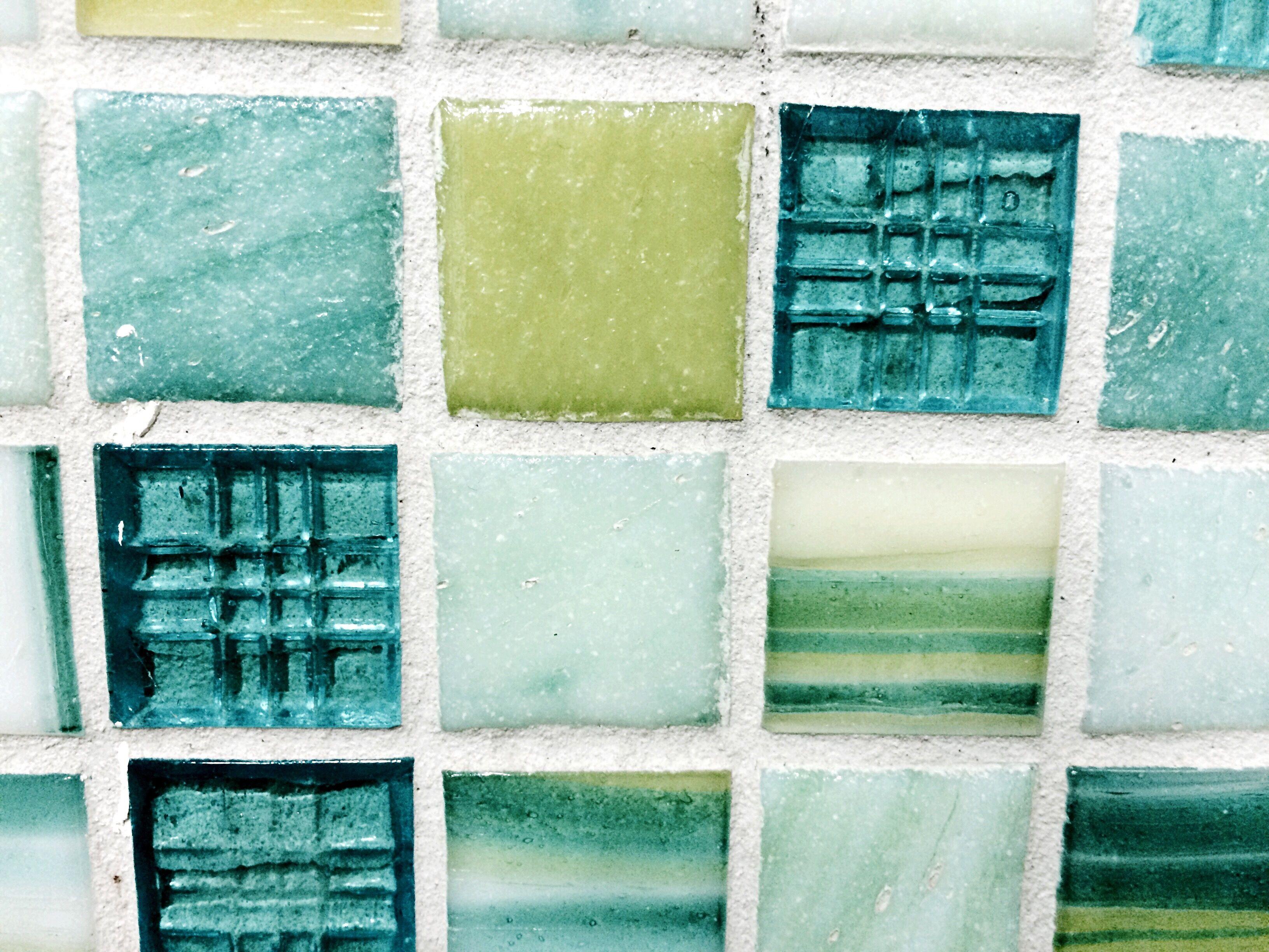Azulejos de vidrio en una pared