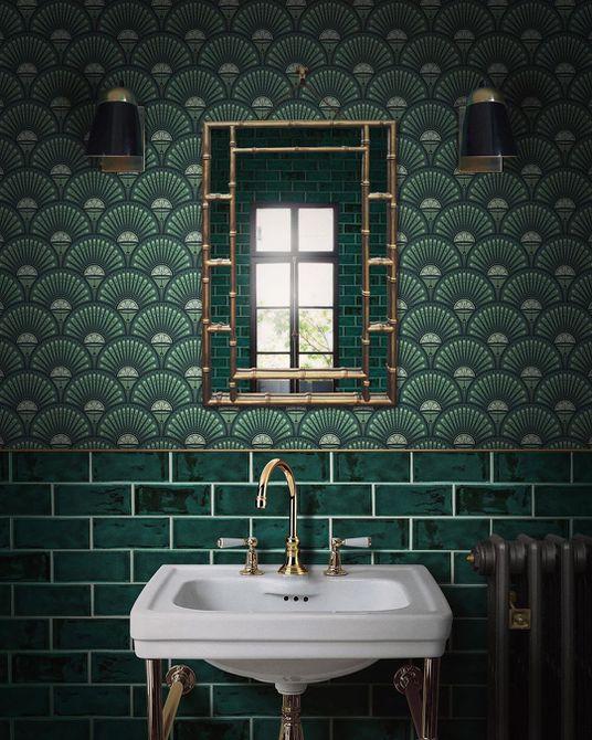 Baño con papel pintado de color verde oscuro