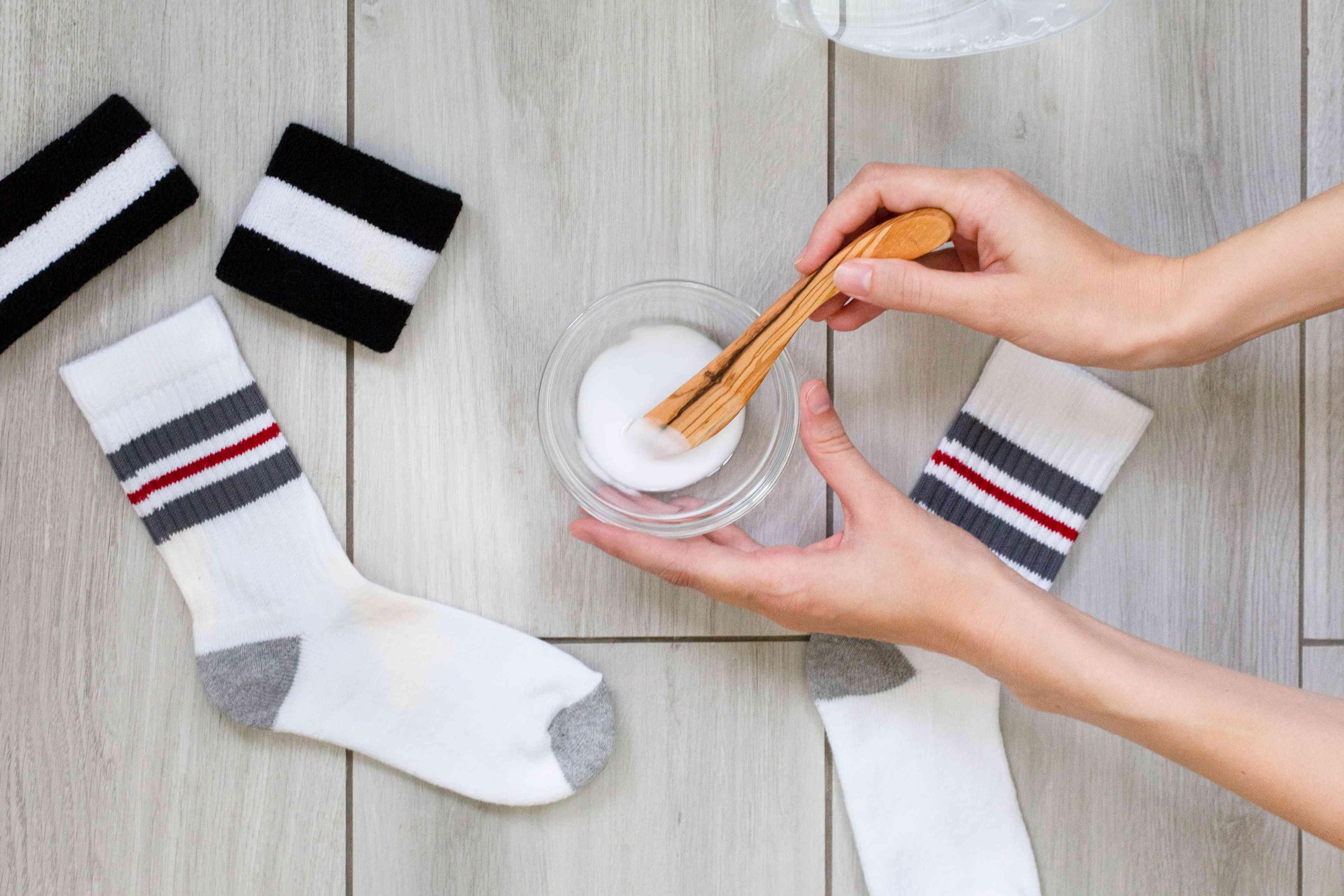 using baking soda to remove odors