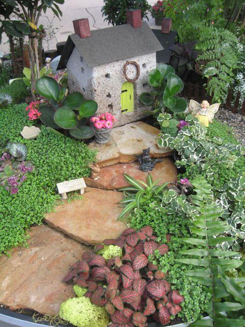 Casa en miniatura en jardín de hadas