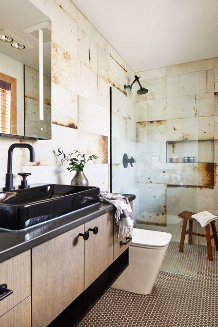Baño con ducha de piedra natural