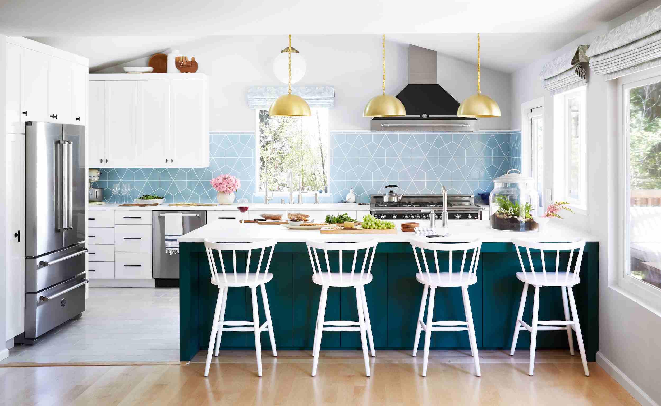 cocina blanca moderna con isla en cascada verde azulado y placa para salpicaduras de azulejos azul claro
