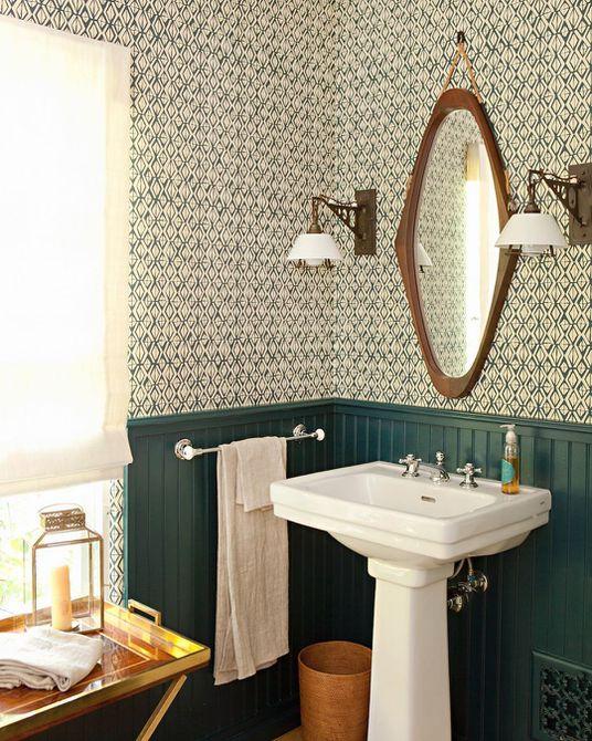 Pintura verde detrás de una estantería en un baño