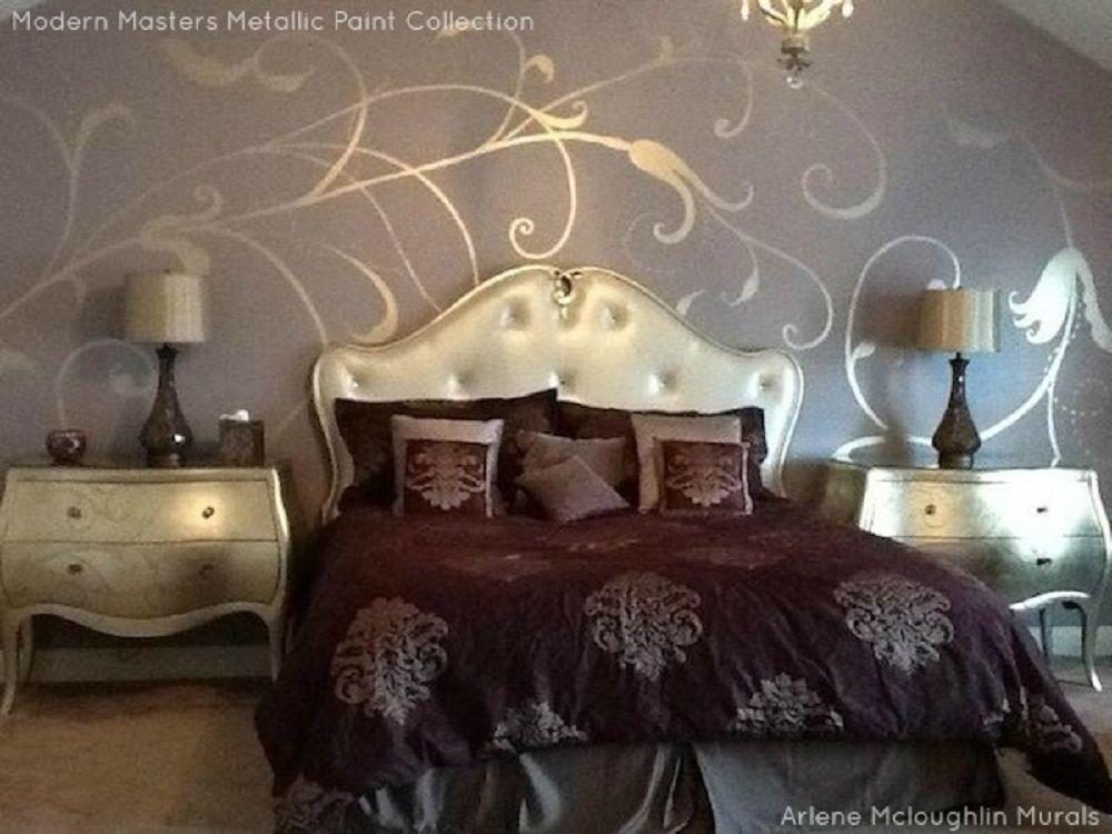 Headboard y mesas auxiliares doradas en el dormitorio marrón