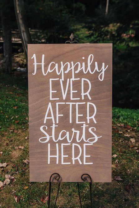 letrero que dice felices para siempre comienza aquí