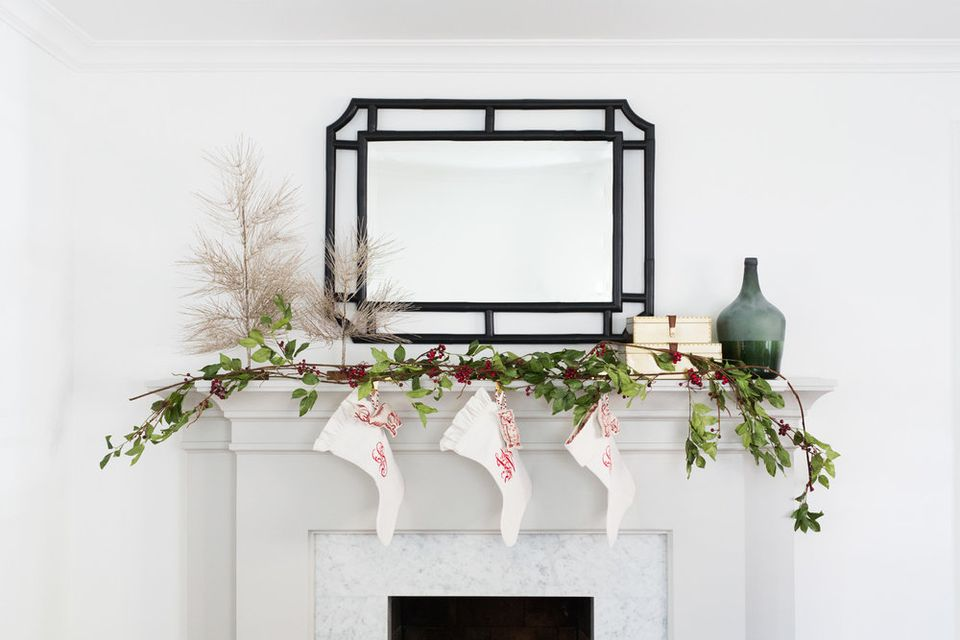 34 easy and elegant christmas mantel decoration ideas - Modern christmas mantel ideas ...