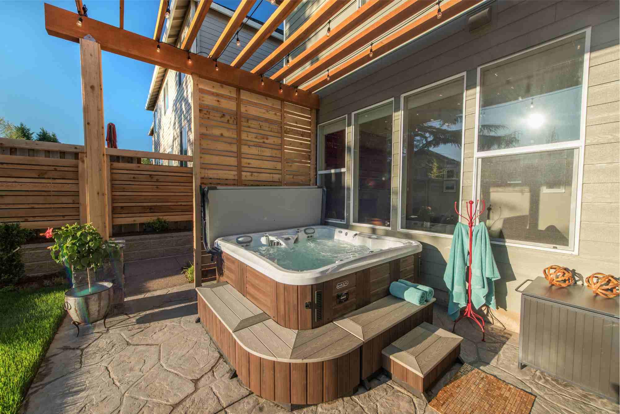 patio con bañera de hidromasaje