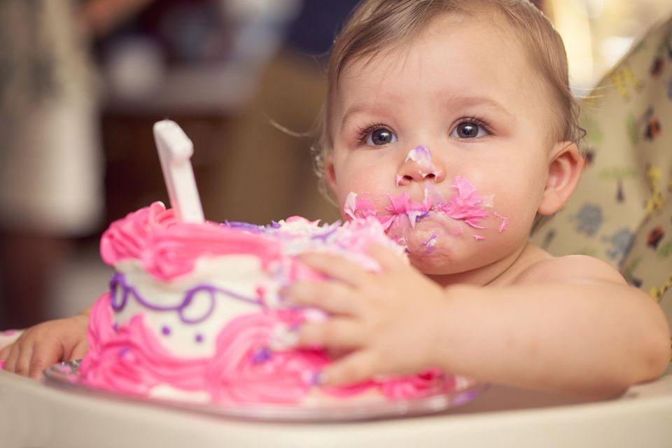 Bebé comiendo pastel