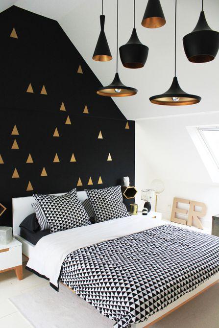 Habitación negra con detalles dorados