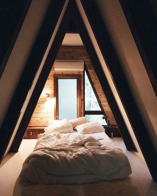 una cama en una casa de marco