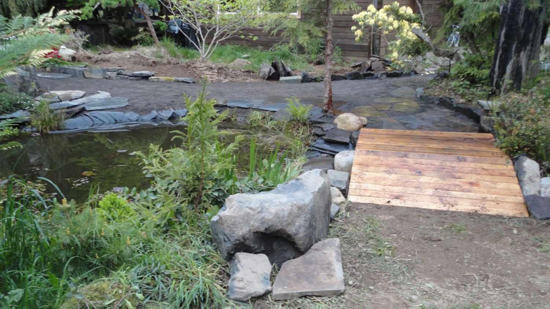 Puente de jardín de madera con joroba leve