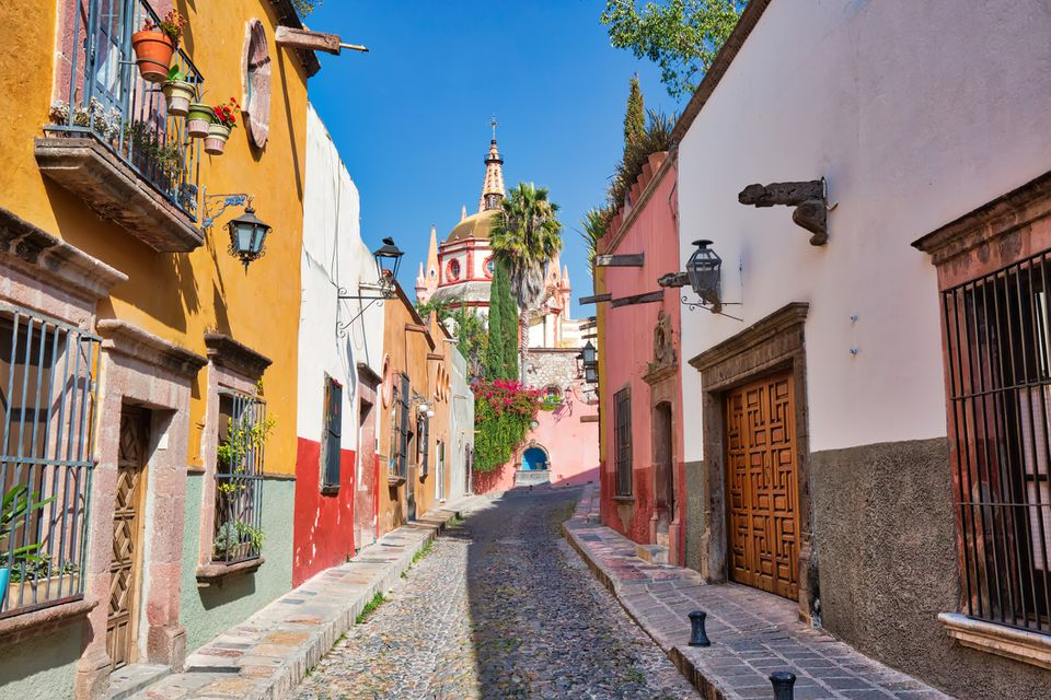 Mexico, Colorful buildings and streets of San Miguel de Allende in historic city center