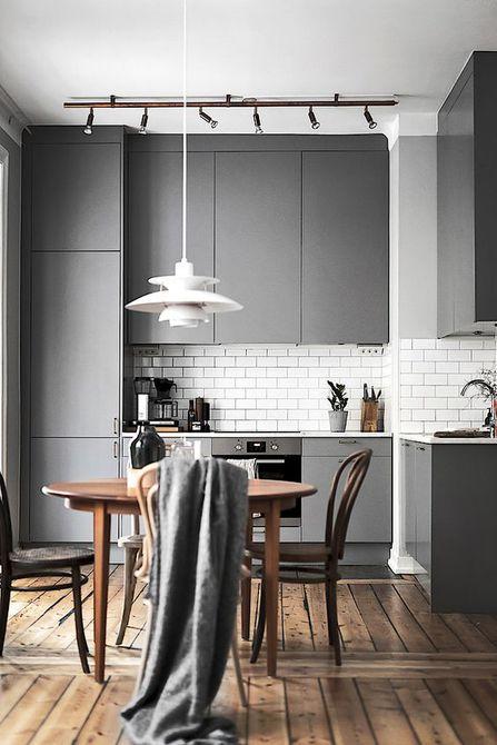 Comedor y cocina con gabinetes grises
