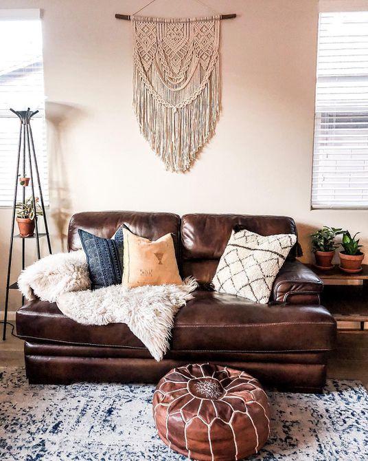Sala de estar con macramé en la pared