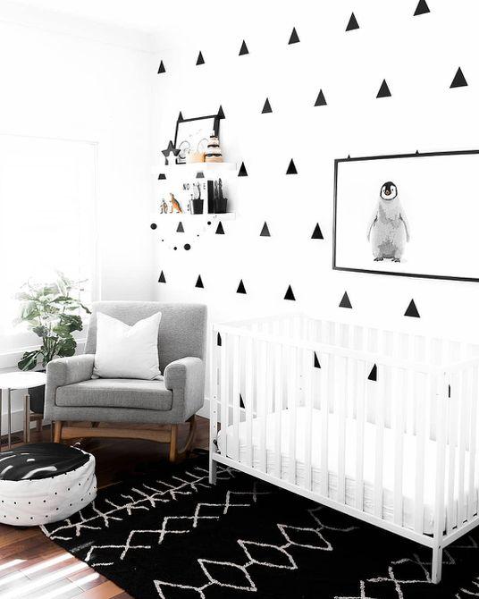 Cómoda con calcomanía gráfica DIY en guardería en blanco y negro