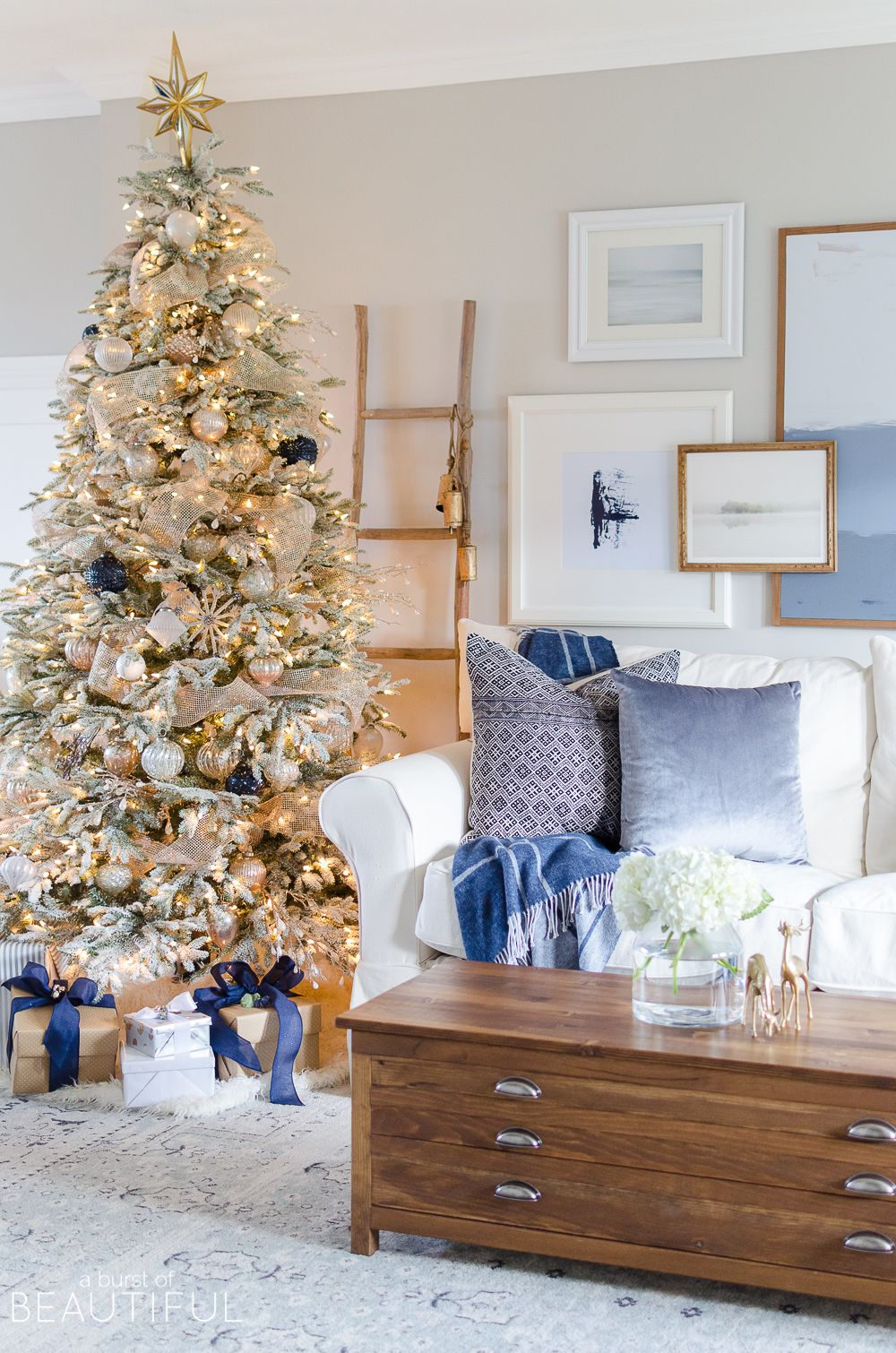 Phenomenal 21 Beautiful Ways To Decorate The Living Room For Christmas Home Interior And Landscaping Ferensignezvosmurscom