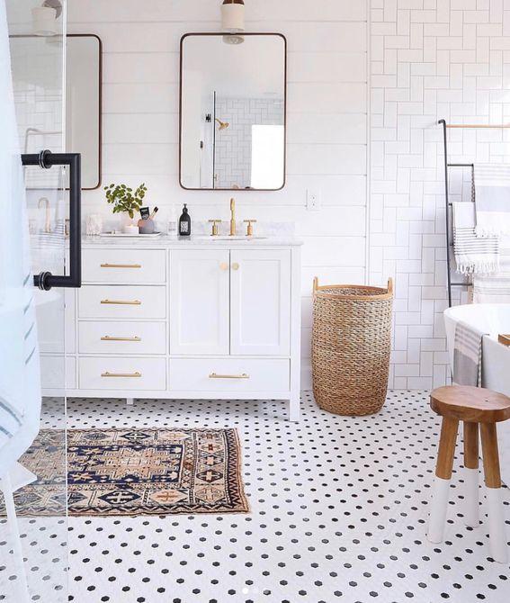 un baño limpio y blanco