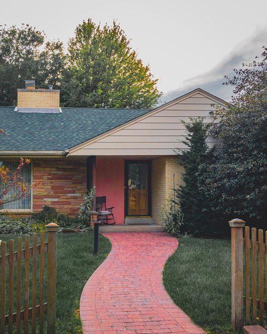casa de estilo rancho con un camino rosado