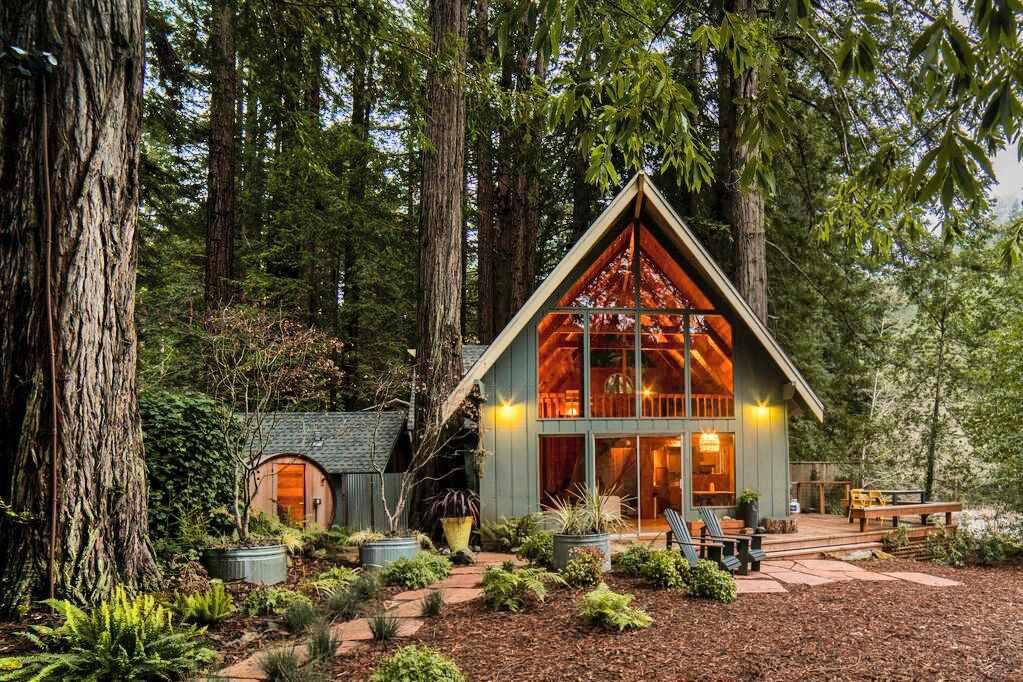 Encantadora cabaña de mediados de siglo en el bosque