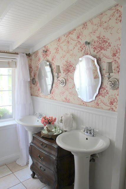 Papel tapiz delicado en un baño