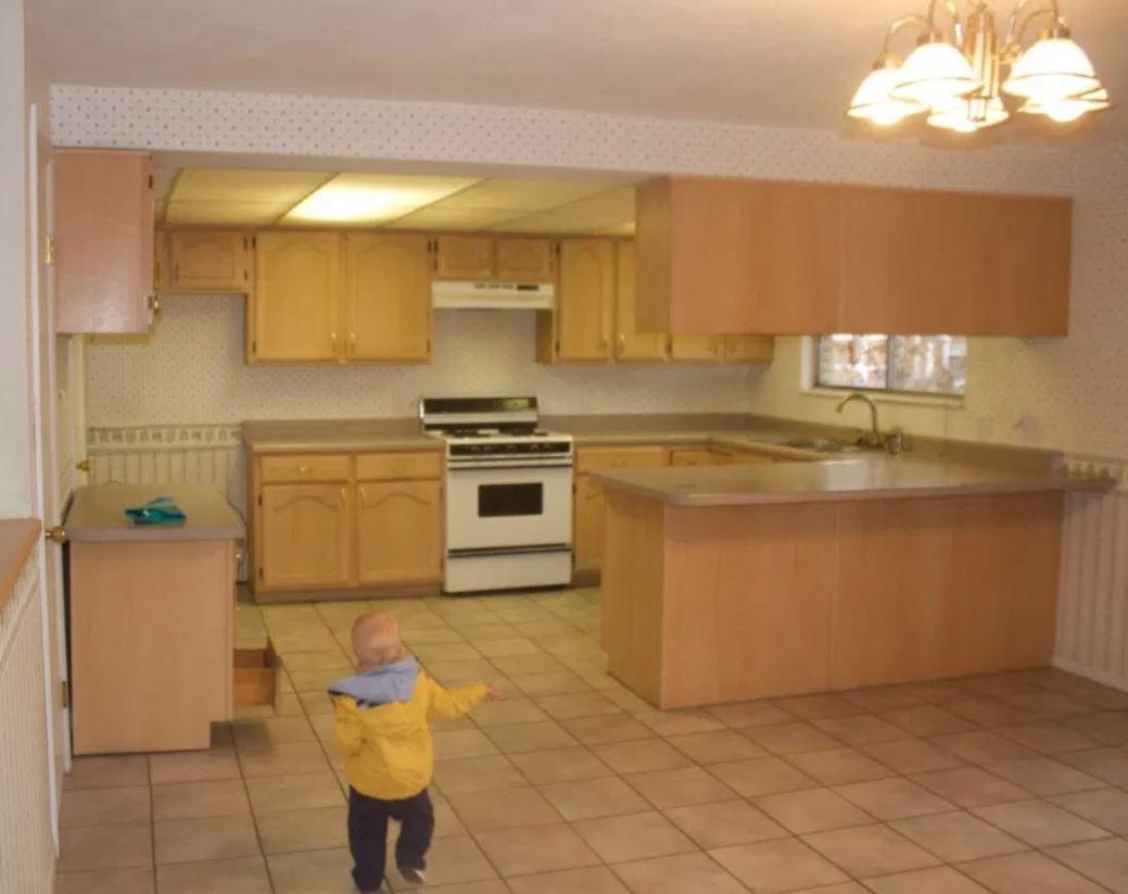 Cocina anticuada con gabinetes de roble color miel .Cocina anticuada con gabinetes de roble color miel.