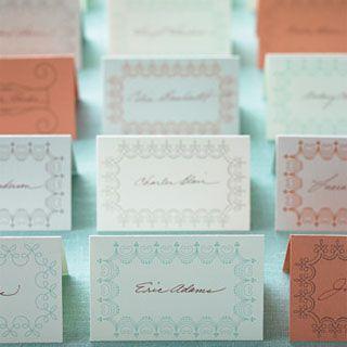 Más de una docena de tarjetas de lugar de boda en una mesa