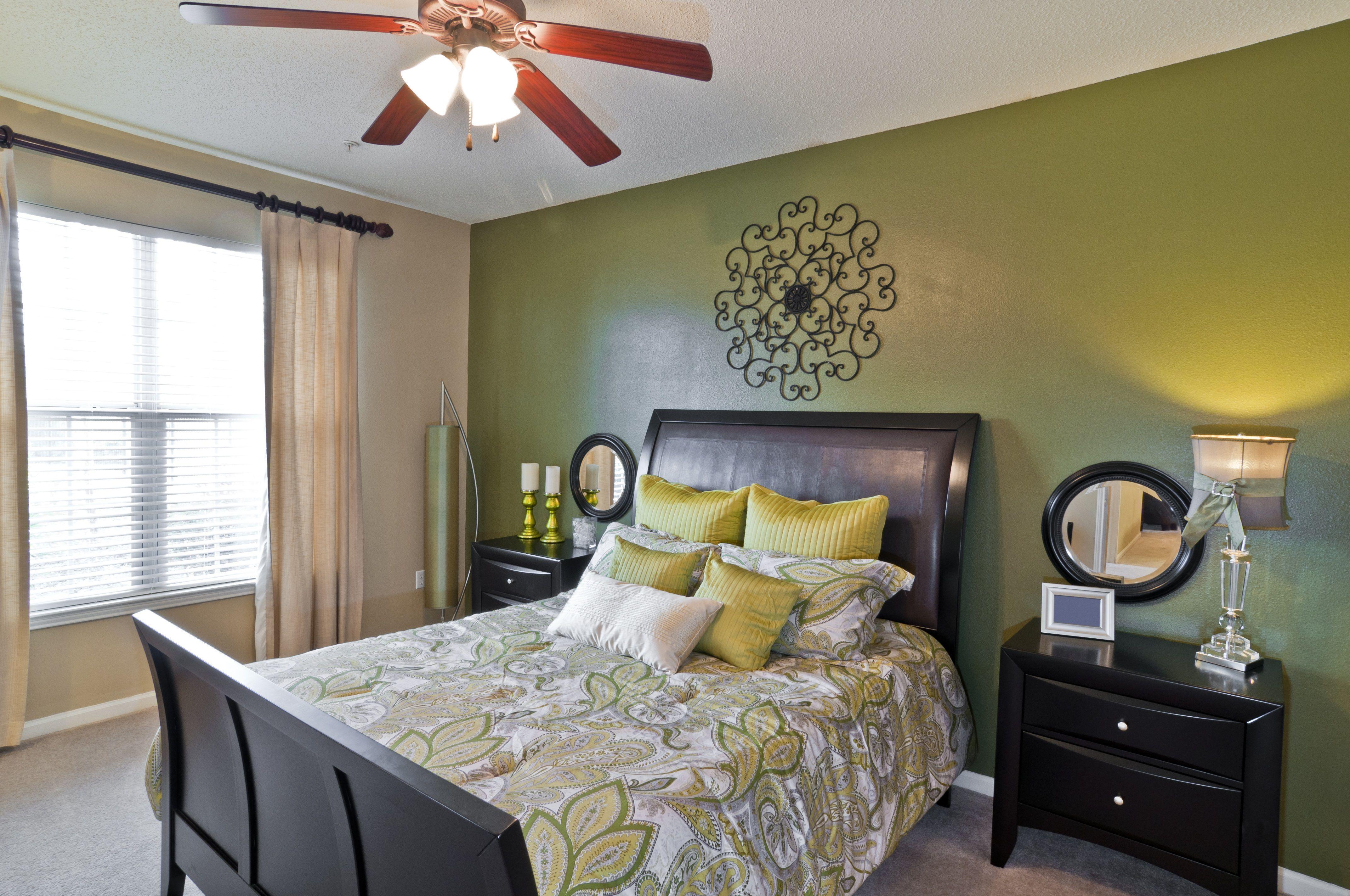 Habitación negra y verde
