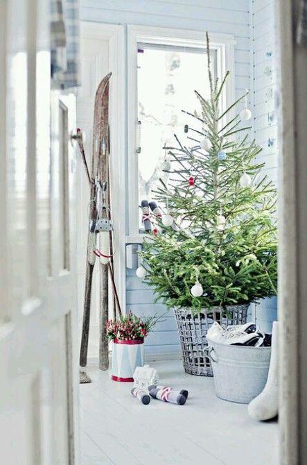 Árbol de Navidad escandinavo en una cesta