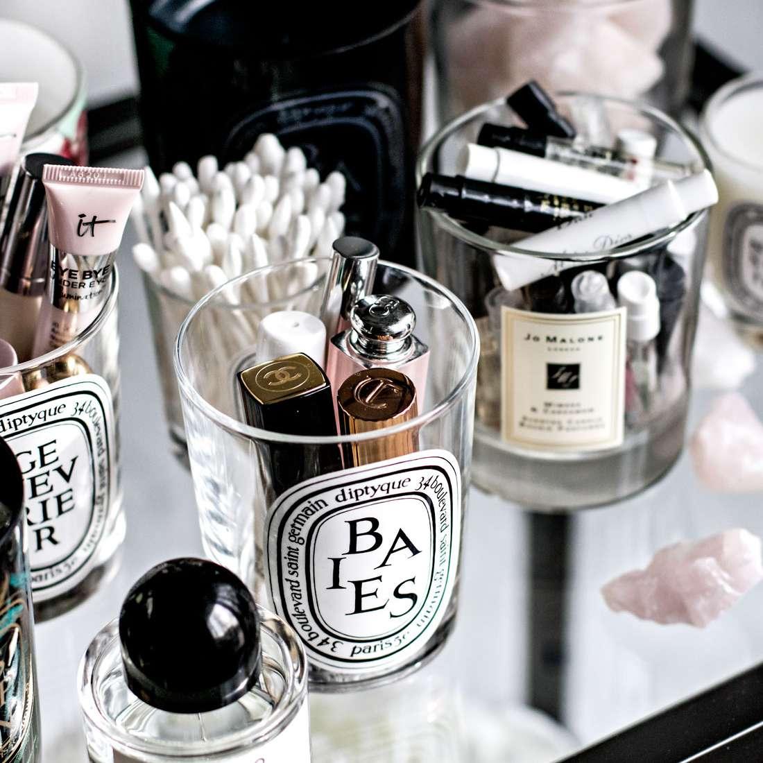 frascos de velas llenos de productos de belleza