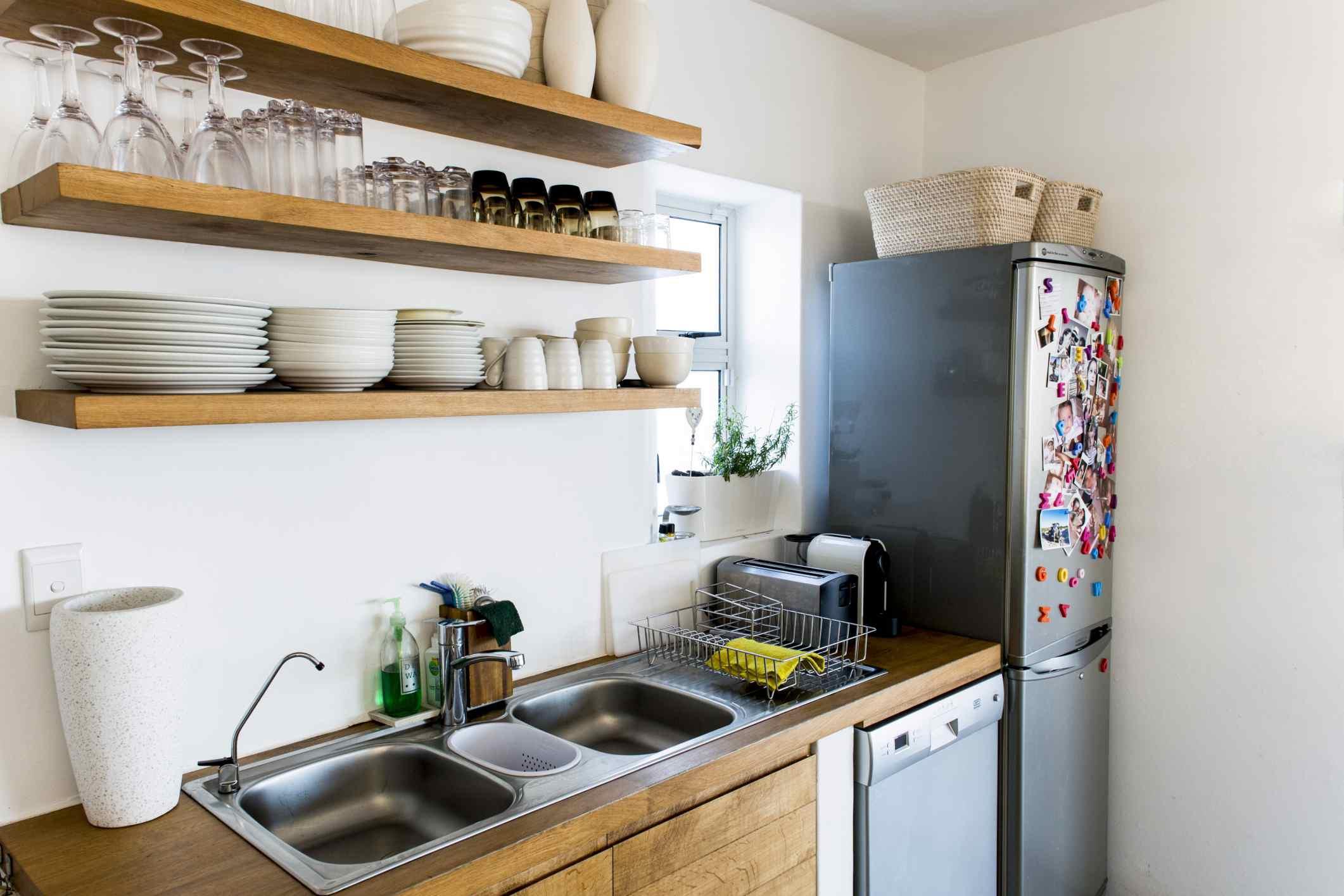 Cocina con estantes simples de apertura
