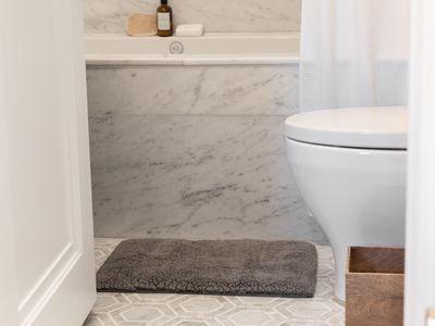 Gray rug in bathroom