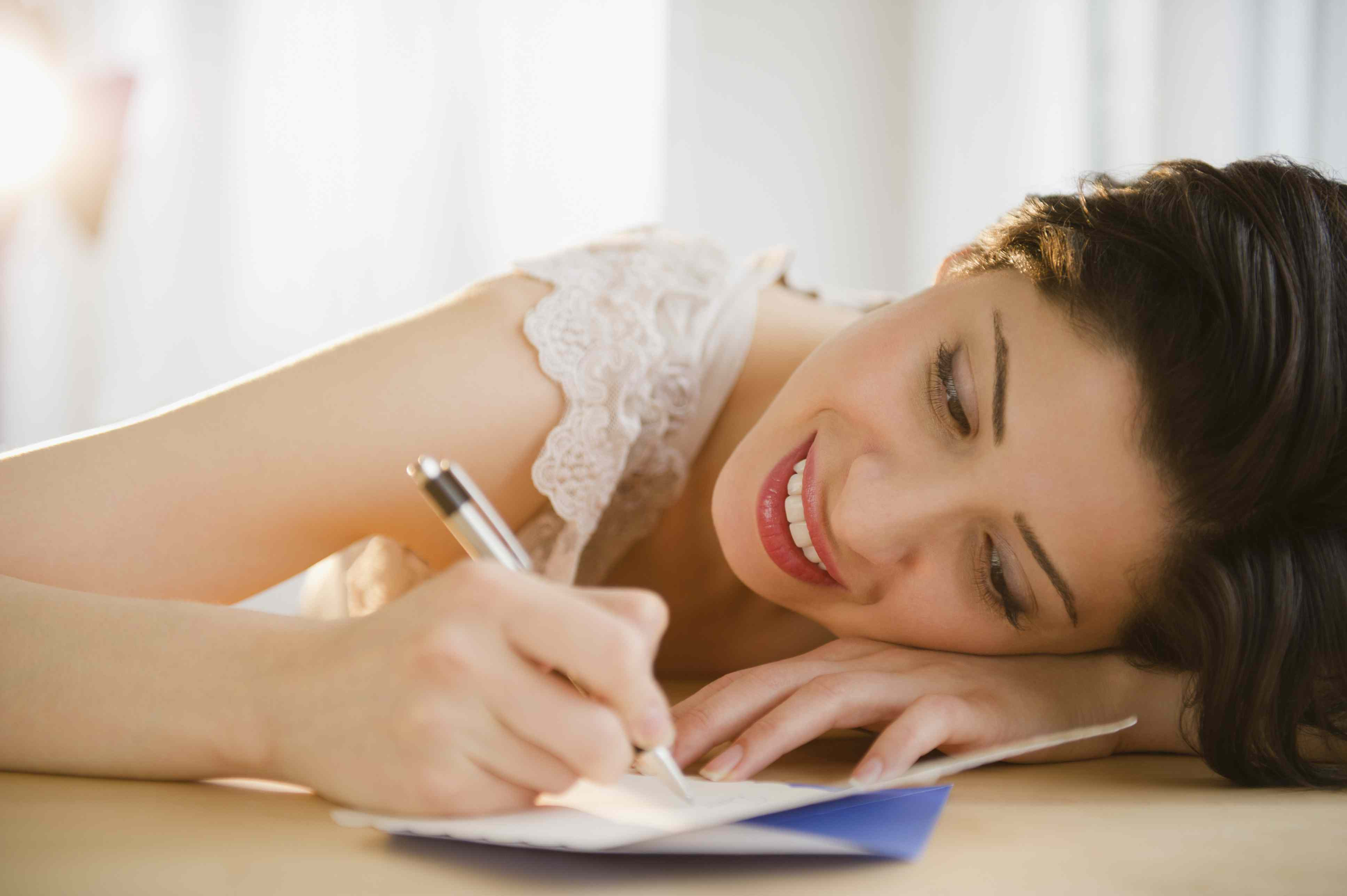 Mujer escribiendo una tarjeta