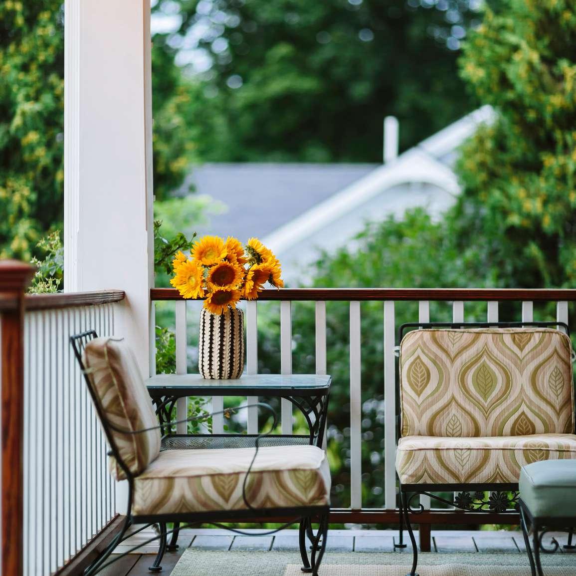 sillas y flores en el porche delantero