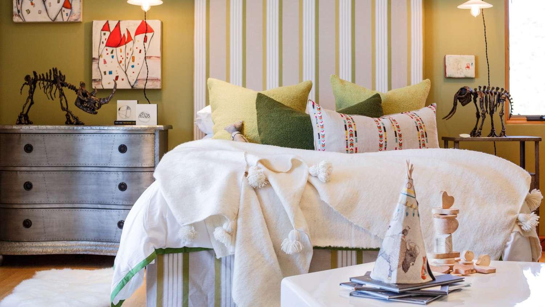 Striped wallpaper in kids bedroom