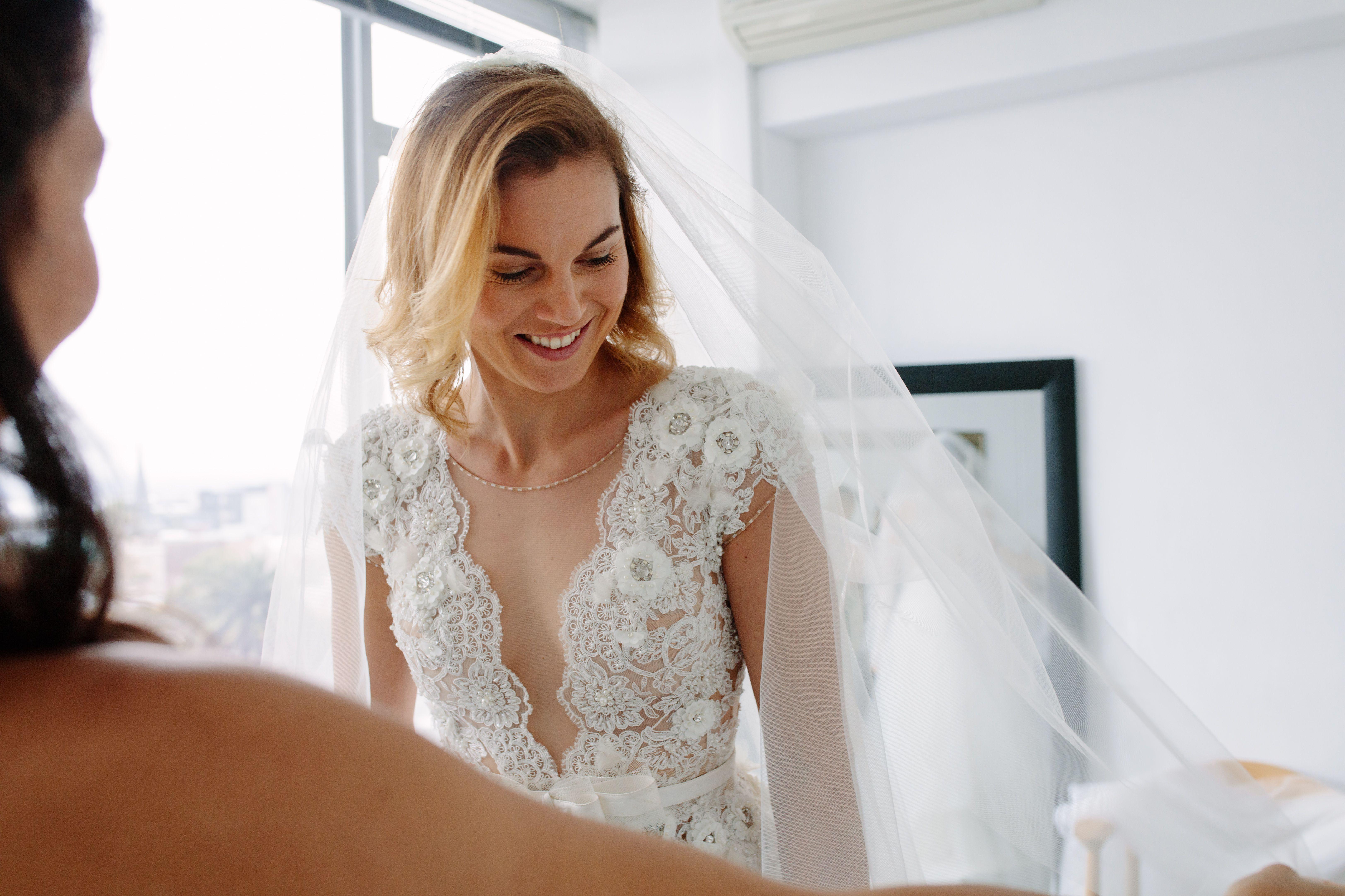 Futura novia que se pone un vestido nuevo