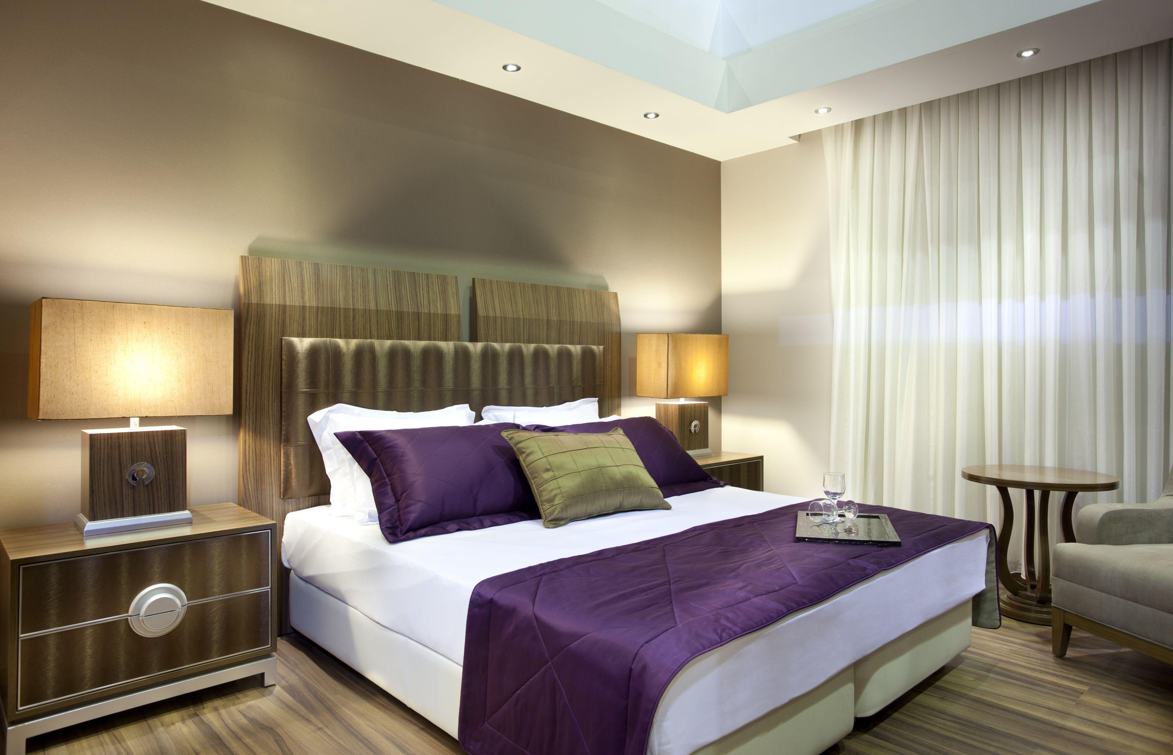 Habitación púrpura y marrón