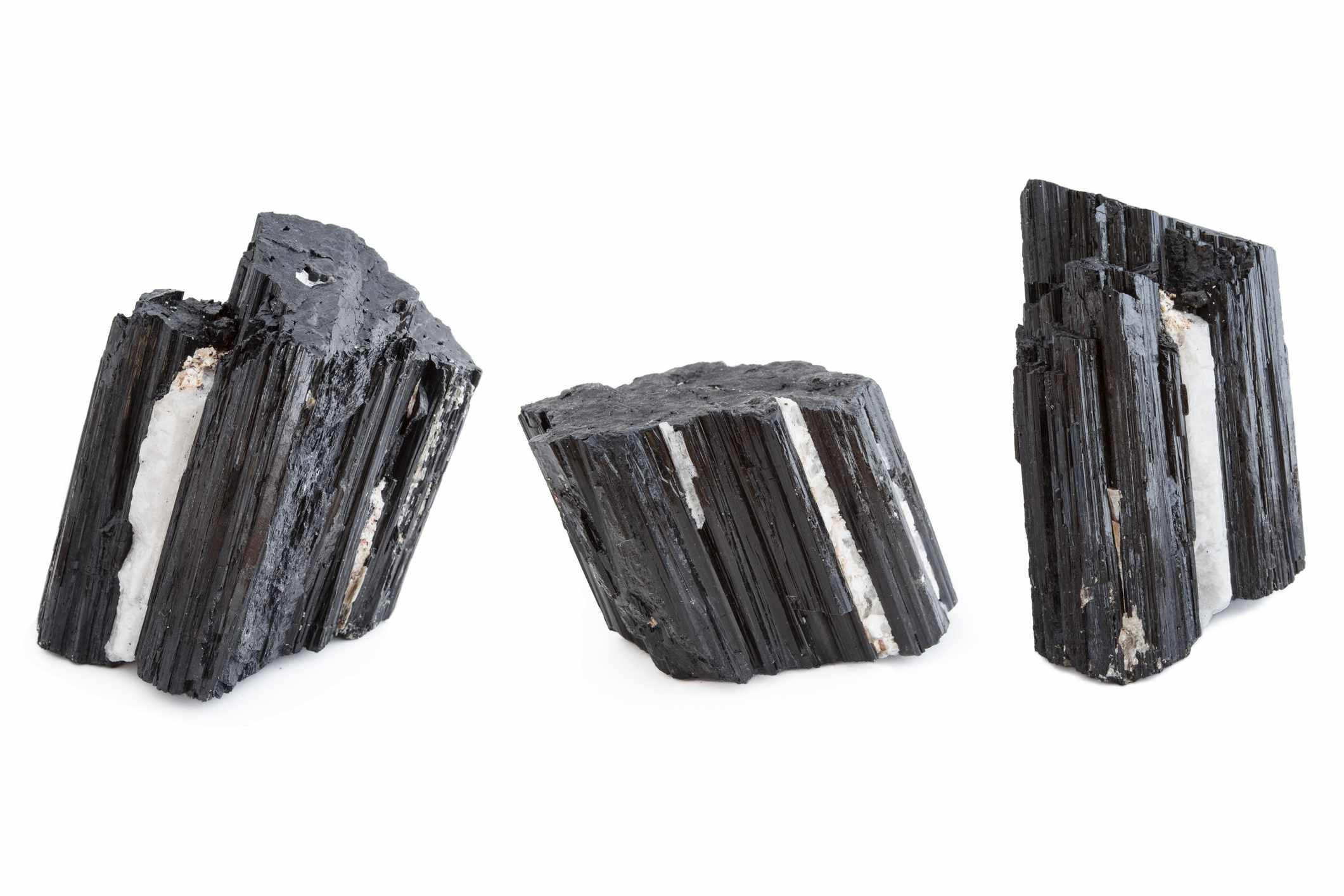 Turmalina negra piezas sobre un fondo blanco