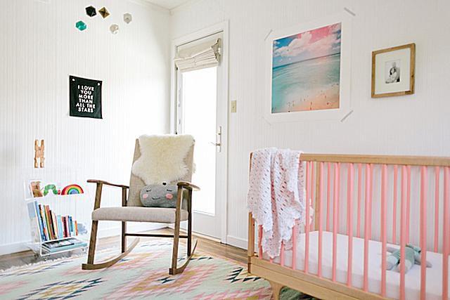 Diseño infantil minimalista . con detalles en rosa y una mecedora