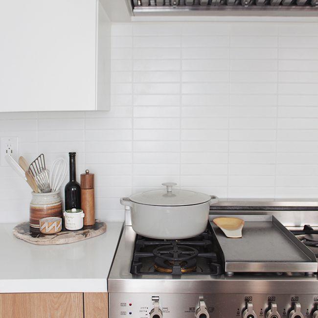 cocina con gabinetes agitadores y baldosas de metro