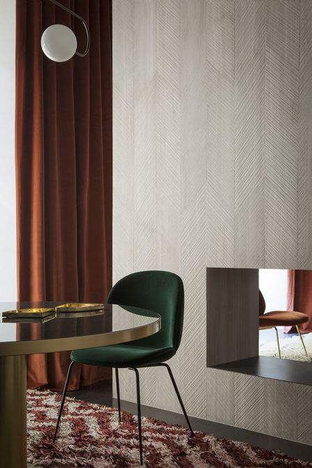 Comedor con capas de colores cálidos en las cortinas y la alfombra