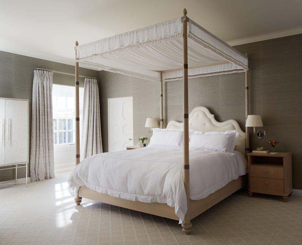 cama con dosel de madera natural