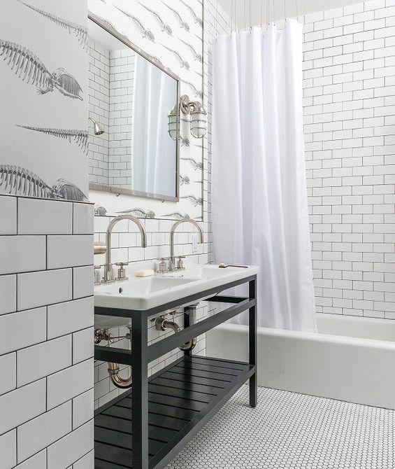 Baño para niños con temática fósil en blanco y negro
