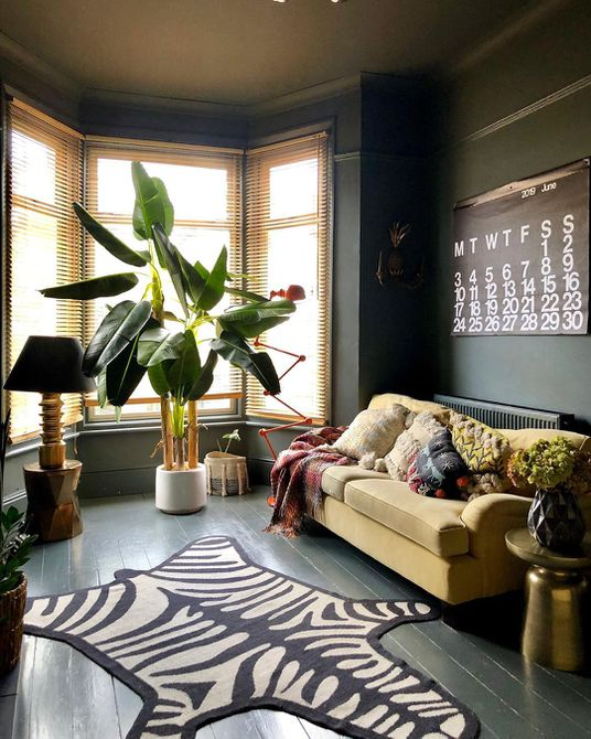 Sala de estar con una alfombra vintage
