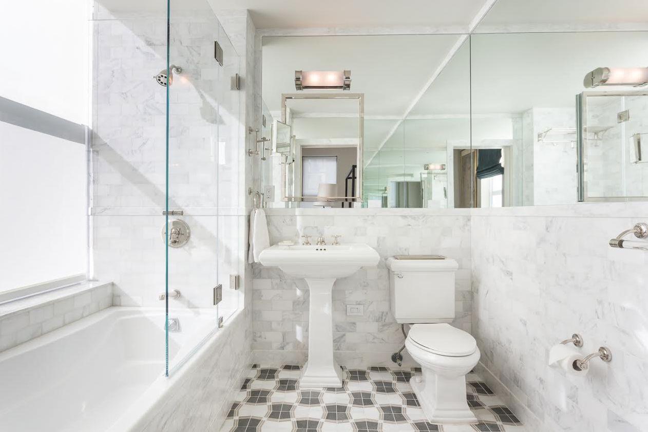Hermoso baño tradicional renovado