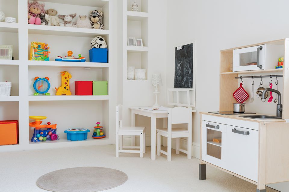 Sala de juegos para niños con almacenamiento y mini cocina.