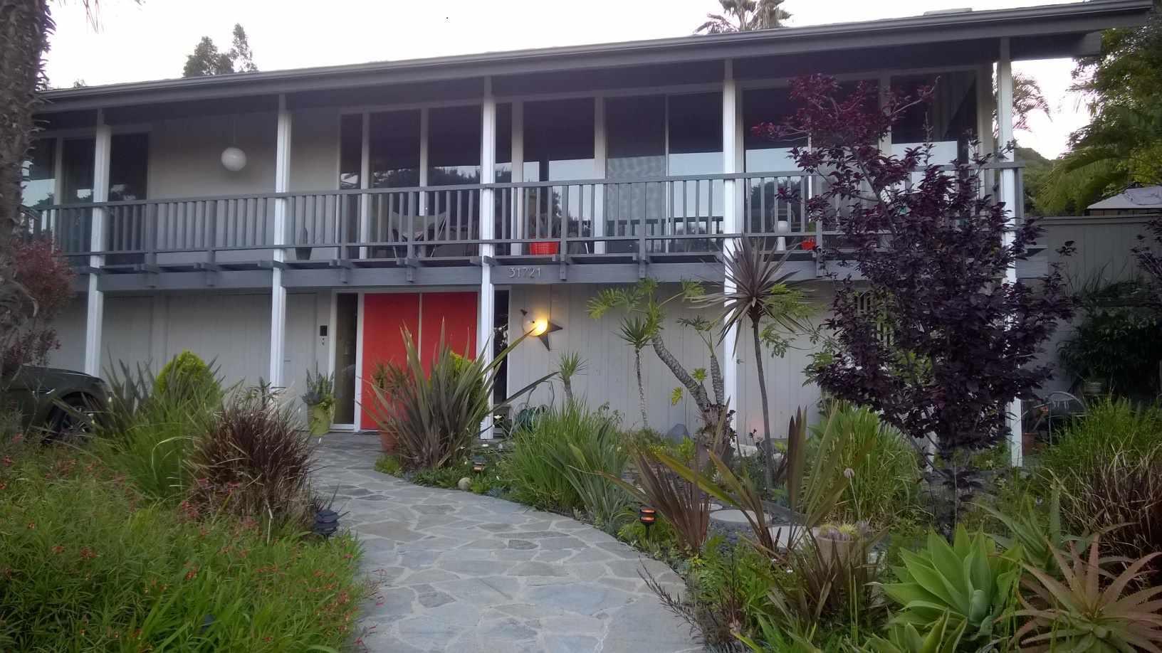 casa de mediados de siglo con puertas rojas
