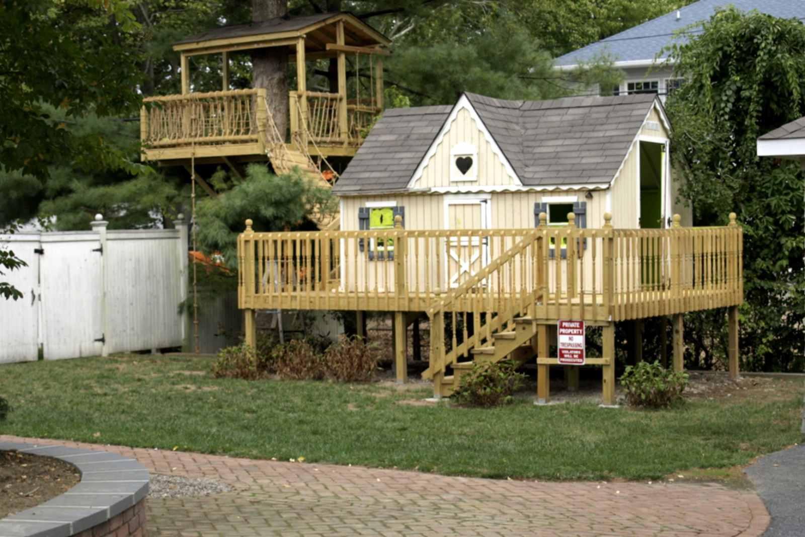 casita para niños elevada con terraza