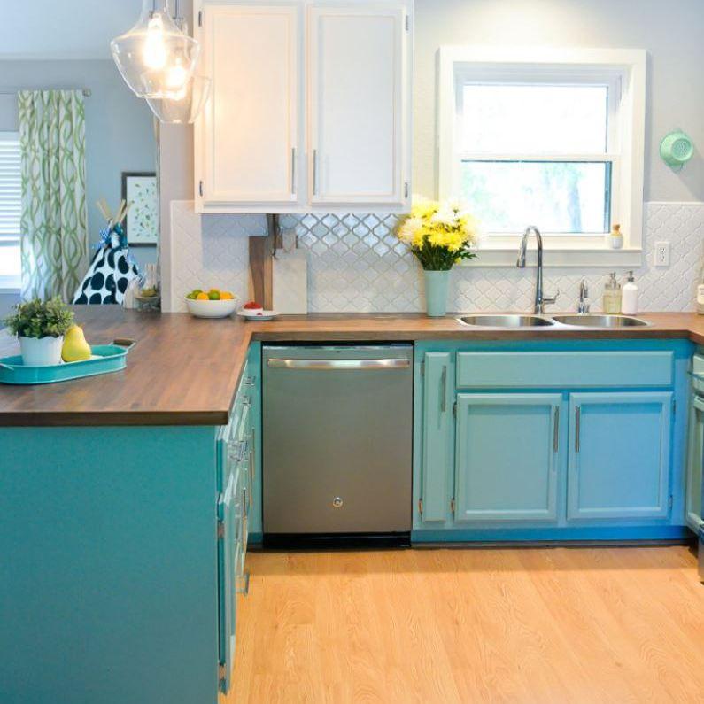 Renovación de la cocina con gabinetes azules y encimera de bloque de carnicero
