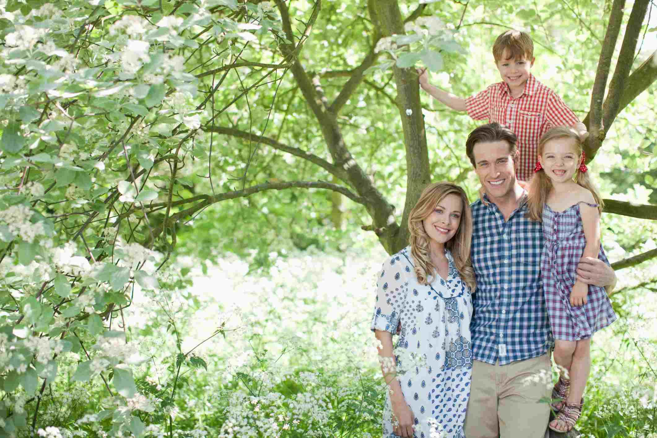 Padre y familia al aire libre