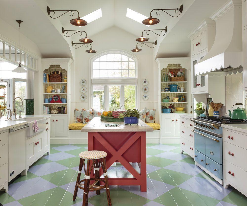 Colorido piso de cocina verde estampado en una cocina blanca